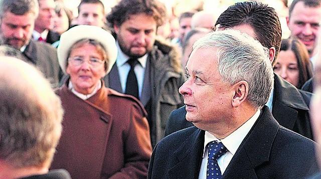 28 lutego. Lech Kaczyński na dziedzińcu tuchowskiego sanktuarium. W tym samym dniu odwiedził jeszcze Brzesko