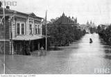 Łodzią po ulicach Krakowa. Przedwojenne powodzie pod Wawelem. Archiwalne zdjęcia