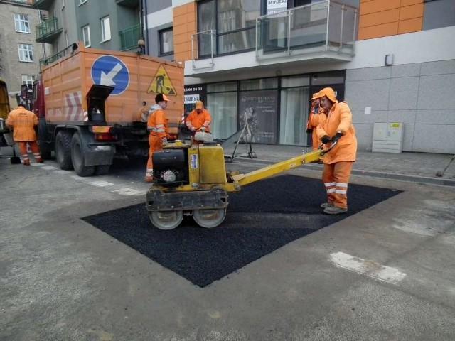 Poznańscy drogowcy łatają dziury w jezdniach