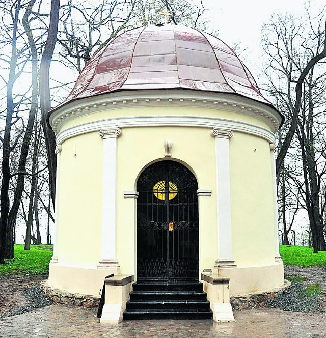 Odnowiona kaplica w Dworach. To tu spoczną Hallerowie
