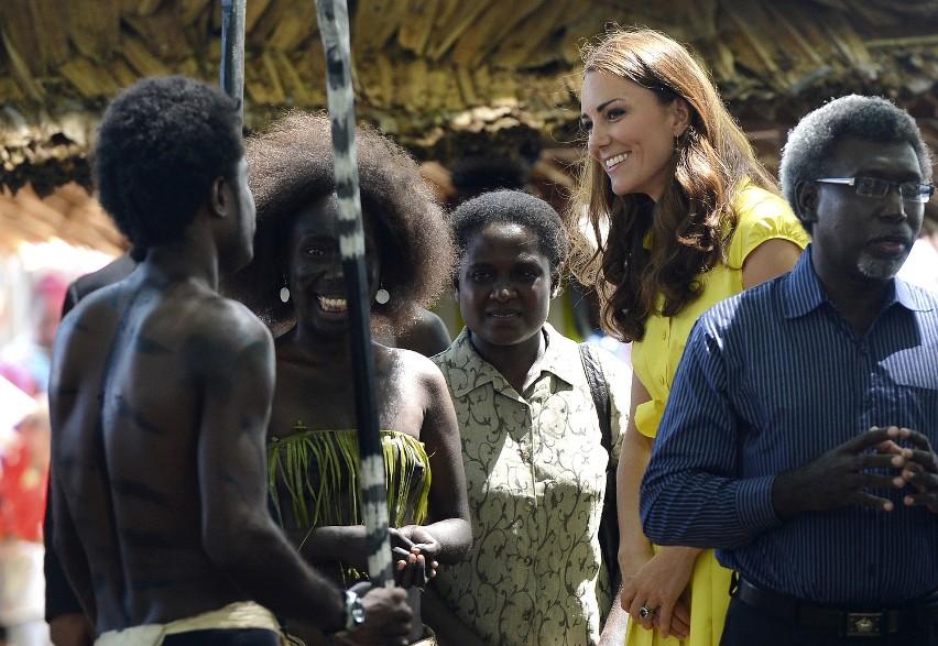 Książę gra w piłkę, tubylcy tańczą dla gości... William i Kate na Wyspach Salomona [GALERIA]