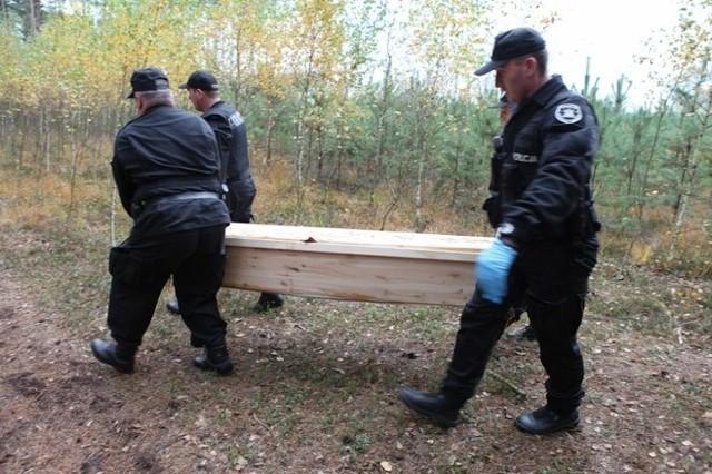 W lesie koło Konina odkryto porzucone trumny ze zwłokami