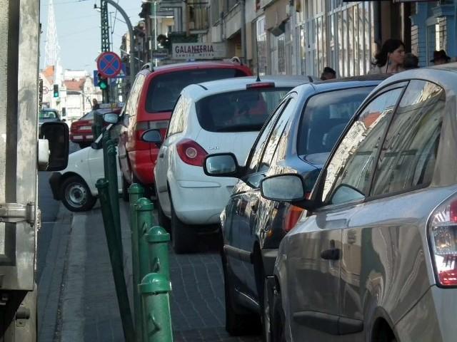 Piesi muszą schodzić autom z drogi na Głogowskiej