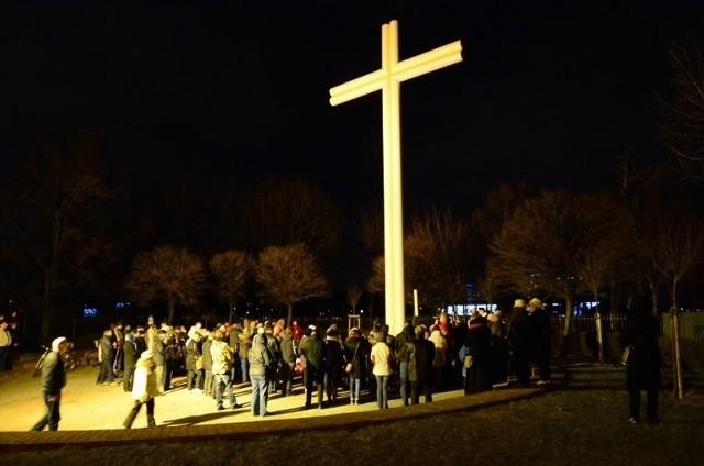 Wieczorem poznaniacy gromadzili się pod krzyżem papieskim na Łęgach Dębińskich.
