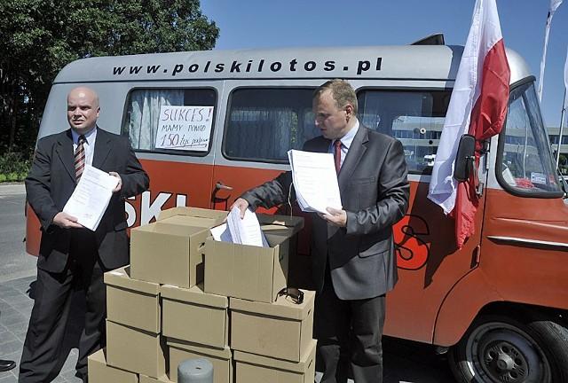 Przeciwnicy sprzedaży Lotosu prezentują 150 tys. podpisów przeciwników sprzedaży gdańskiego koncernu