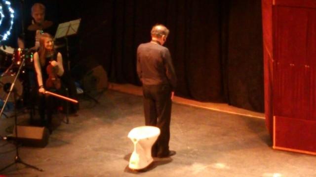 Finał spektaklu: Zenon Laskowik nad klozetem. Hamletyczny dylemat artysty - siadać czy nie siadać?