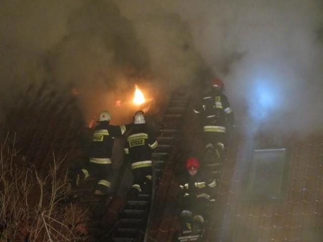 Według niepotwierdzonych jeszcze informacji, od ognia który wydostał się z kominka, zajęło się poddasze jednego z pomieszczeń.
