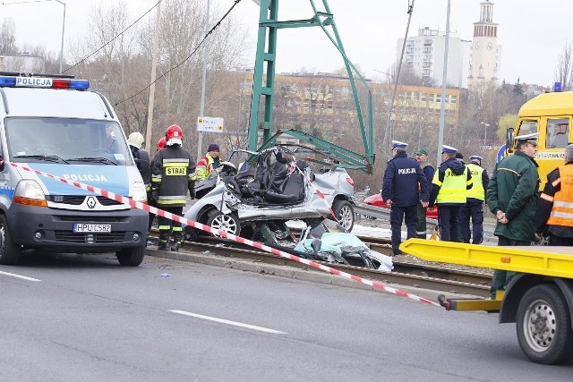 Peugeot, którym jechali młodzi ludzie, po wypadku był kompletnie zniszczony