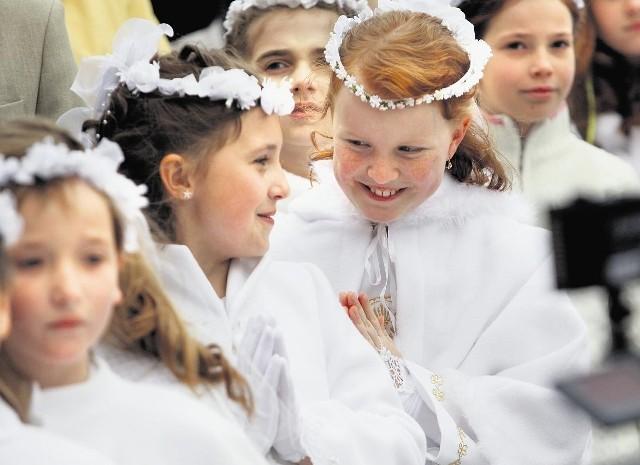 Duchowni przypominają, że chodzi o formowanie chrześcijańskiej osobowości, a nie kolejną okazję do kupowania prezentów, jak to ma miejsce podczas Pierwszej Komunii św.