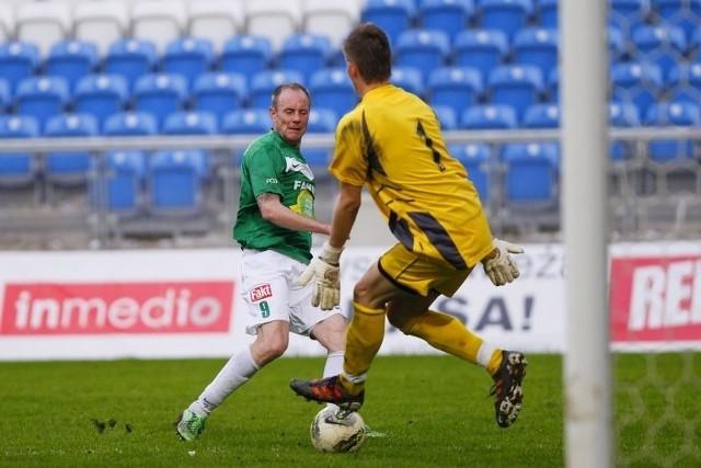 Piotr Reiss był prawdziwym liderem zielonych, a tutaj zdobywa pierwszego gola w meczu z Dolcanem Ząbki.