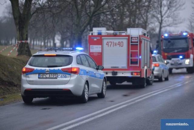 Do śmiertelnego wypadku doszło w niedzielę (1.04.2018) rano w miejscowości Strachoń (powiat lipnowski). Na drodze wojewódzkiej nr 562 auto osobowe na łuku drogi uderzyło w drzewo.  Na miejscu zginęła 49-latka, która siedziała za kierownicą citroena C2. Kobieta podróżowała sama.  Na drodze odbywa się ruch wahadłowy. Na miejscu zdarzenia pracują dwa zastępy straży pożarnej i pozostałe służby. Utrudnienia potrwają do godz. 13.  Zobacz także: Tragiczny wypadek w Zawałach koło Torunia [ZDJĘCIA]  Strachoń. Tragiczny wypadek w powiecie lipnowskim. Nie żyje jedna osoba
