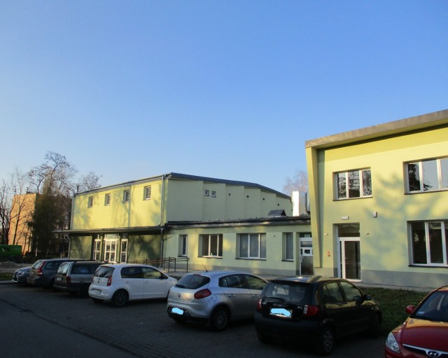 Dawny Dom Kultury Silesia w Czechowicach-Dziedzicach już ma nową elewację. Teraz zostanie w całości zaadaptowany na potrzeby szkoły specjalnej