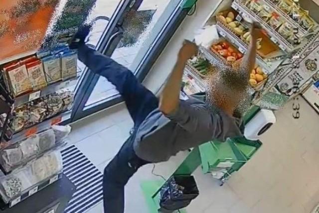 Podejrzany 26-latek sfrosował drzwi i uciekł ze sklepu