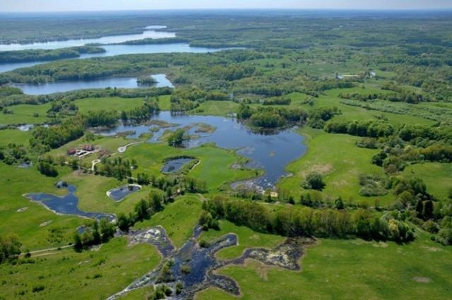Pojezierze Ińskie - Jeziora położone w obrębie gminy Ińsko są dogodnym terenem dla rozwoju kajakarstwa, sportów wodnych i wędkarstwa. Atrakcją dla wodniaków są pokaźne długości jezior oraz liczne zatoki, półwyspy i wyspy spotykane na szlakach. Łącznie na terenie Gminy znajduje się 10 jezior, w tym największe i najczystsze - Ińsko - o powierzchni 650 ha, położone na wysokości 122 m n. p. m., z wodą I klasy czystości.  CZYTAJ TEŻ: Tam nie powinno być tłumów w weekend. A warto zobaczyć to miejsce! Moryń - co zwiedzić, co można zobaczyć? Najlepsze atrakcje w Moryniu