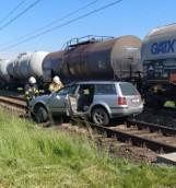 Karłowice. Na przejeździe kolejowym volkswagen passat wjechał pod pociąg. Jedna osoba poszkodowana
