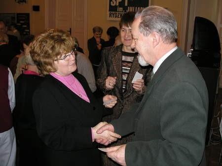 Członkowie i sympatycy zrzeszenia rozpoczęli spotkanie od łamania się opłatkiem. Na pierwszym planie Janina Cherek i Kazimierz Ostrowski, w tle Janina Kosiedowska. Fot. Radosław Osiński