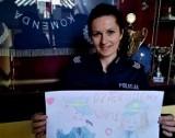 Góra. Policjanci z KPP w Górze otrzymali wyjątkowe podziękowania za codzienną służbę. Przygotowała je dla nich 11-letnia Wiktoria
