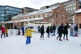 Lodowisko w Centrum Praskim Koneser znów otwarte. Chętnych na zimowe szaleństwo na ''Praskiej Ślizgawce'' nie brakowało