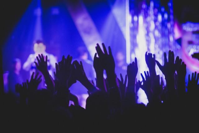 Rok 2019 będzie rokiem muzycznych gwiazd. Do Polski przyjadą wokaliści i zespoły reprezentujące absolutnie KAŻDY gatunek muzyczny. Elton John zagra w Krakowie jeden z występów na ostatniej trasie koncertowej. Nicky Minaj zagra pierwszy koncert w Polsce, a Backstreet Boys po 5 latach powrócą z nowym materiałem. Koncerty w Polsce w 2019 odbędą się w wielu polskich miastach, nie tylko stolica przywita muzyczne gwiazdy. Kto zagra wielki koncert w Polsce w 2019? Te koncerty to nie tylko muzyka, to niekiedy spektakl, który przeżywa się jeszcze długo po jego zakończeniu. Tego nie można przegapić!