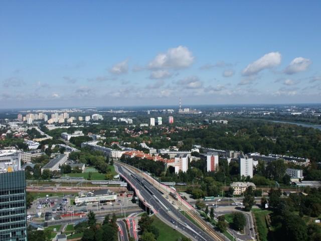 Na fotografii widzimy budynek Warszawy Gdańskiej oraz przebiegającej obok niego ulicy Mickiewicza. Stacja kolejowa znajdująca się w północnej części Śródmieścia w obecnym kształcie została oddana do użytku pod koniec lat 50. XX wieku i była pierwszym stałym budynkiem dworcowym w na terenie powojennej Warszawy (choć pierwsze pociągi odjeżdżały stąd jeszcze w XIX wieku). Obecnie znajduje się tu także stacja metra.