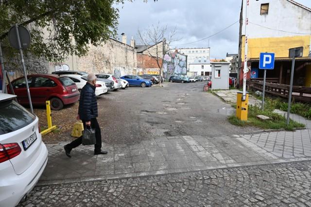 Atrakcyjnie położona działka między ulicami Bodzentyńską i Kaczyńskiego zostanie wystawiona na sprzedaż. Do tej pory teren był bardzo zaniedbany i działał na niej miejski parking.