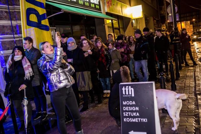 Sklep Eda Sheerana w Warszawie oficjalnie otwarty! Tłumy czekały na wejście [ZDJĘCIA, WIDEO]