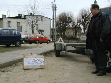 Roman Lipski przez dwa dni blokował Aleję 1000-lecia w centrum Czerska. Spór o drogę toczy z gminą Czersk od 16 lat.Fot. Maria Sowisło