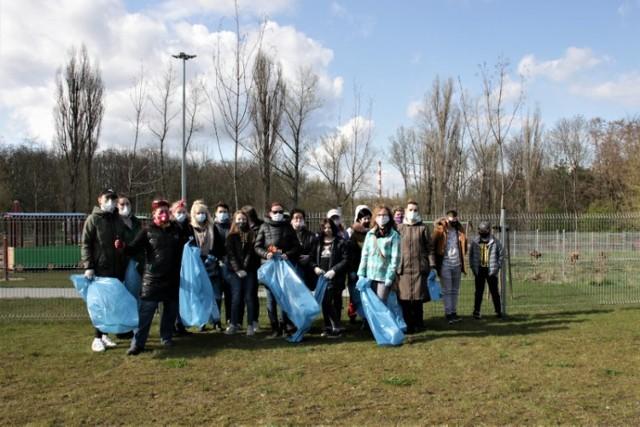 """Sprzątanie Gniezna w Międzynarodowy Dzień Ziemi. Mieszkańcy uprzątnęli teren wokół """"Łazienek"""""""