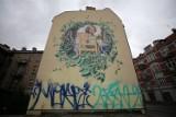"""W Katowicach uszkodzono mural poświęcony Krystynie Bochenek. Dopiero powstał, a wandale postanowili już go """"ozdobić"""""""