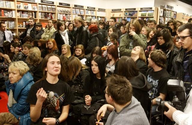 """Adam """"Nergal"""" Darski spotkał się z fanami zespołu Behemoth w ..."""