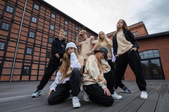 """""""Przyjaźń w tańcu"""" - tak nazywa się filmowy projekt taneczny zrealizowany w Młynach Rothera. Wzięli w nim udział tancerze  z Up2Excellence Studio w Bydgoszczy i tancerze z UDS Lublin."""