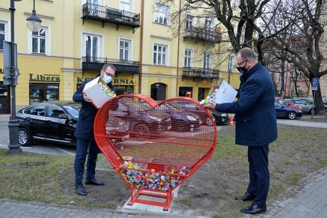 Pojemnik-serce na plastikowe nakrętki stanął tuż obok Urzędu Miejskiego w Przemyślu.