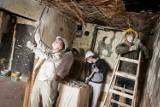 Uczniowie budowlanki włączyli się w remont domu niepełnosprawnej mieszkanki Wyżyn