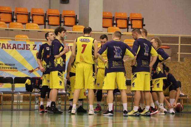 Piękny sezon w wykonaniu Sokoła nieoczekiwanie został zakończony. Podopieczni Marcina Chodkiewicza odpadli w pierwszej rundzie PLAY-OFF obecnego sezonu. AZS Basket Nysa awansowała do kolejnego etapu rozgrywek.
