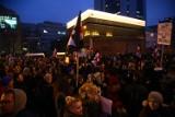 Czarny piątek: marsz dotarł pod siedzibę PiS. Na ulicach 55 tysięcy osób [ZDJĘCIA]