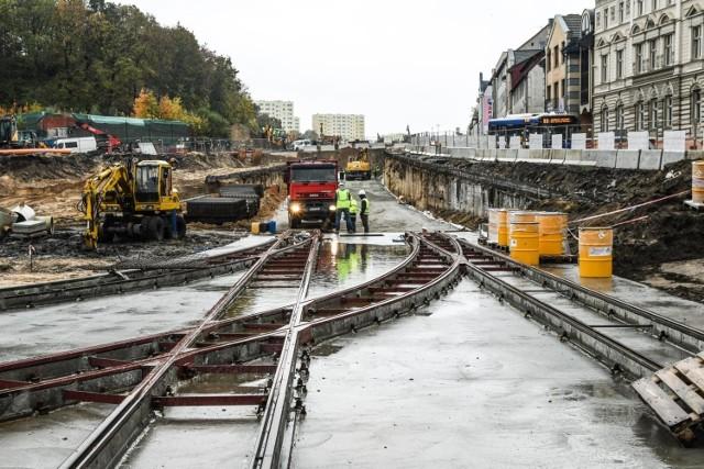 Tu, na ul. Kujawskiej, ma powstać torowisko. Już widać  trasę, którą pojedzie tramwaj. Poziom ronda Bernardyńskiego został podwyższony