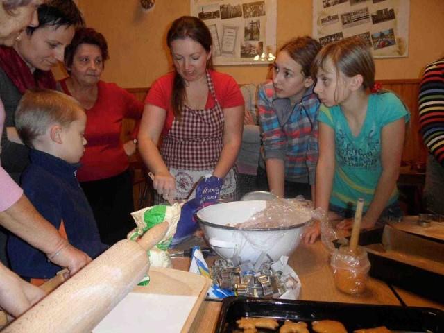 Każda gospodyni ma sposób na świąteczne pierniczki - począwszy od wyrabiania ciasta, aż po pieczenie