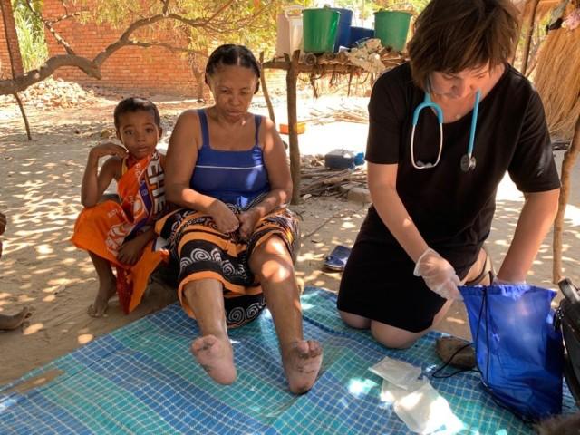 Wśród pacjentów była kobieta, która już dawno zachorowała na trąd. Pozbawiał ją kolejnych palców rąk i nóg