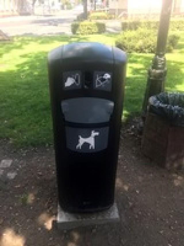 Gmina kupiła estetyczne pojemniki, które pozwolą mieszkańcom segregować odpady m.in. w parkach czy na placach zabaw. Część z nich już stoi, na dostawę kolejnych czekamy.
