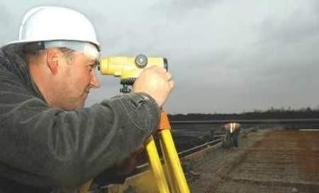 Kierownik robót montażowych Jacek Kamiński z Grudziądza podczas pomiaru odległości.