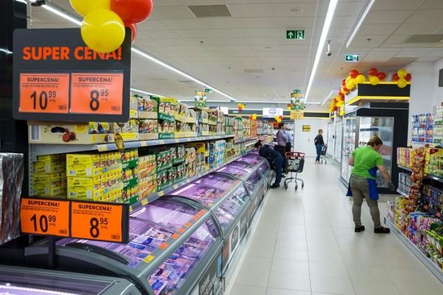 Jakie są pensje w Biedronce (na zdjęciu), Lidlu i Kauflandzie. Zarobki w popularnych marketach. SPRAWDŹ NA KOLEJNYCH ZDJĘCIACH W GALERII >>