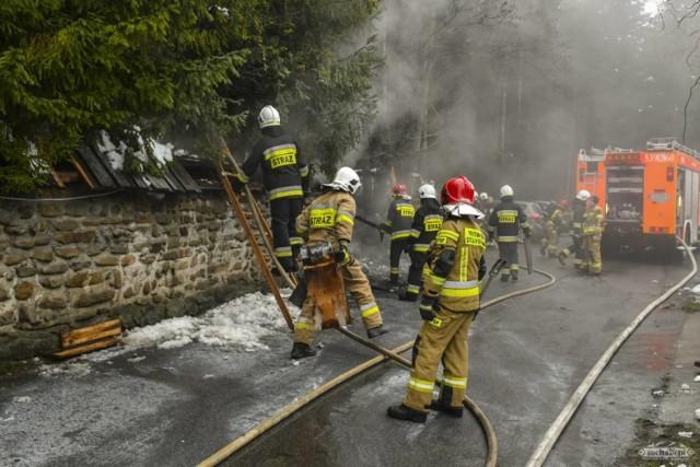 Pożar w Pustelni Niepokalanów ks. Piotra Natanka. Do akcji gaśniczej ruszyło 20  zastępów straży pożarnych.