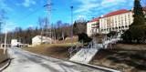 Po 70 latach (!) Szpital Kolejowy w Wilkowicach doczekał się remontu drogi i wejścia