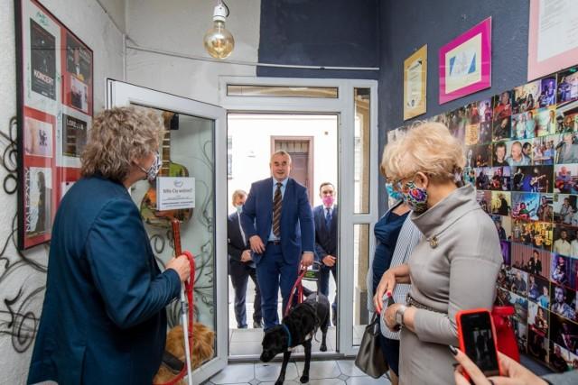 Wiceminister Paweł Wdówik, pełnomocnik rządu ds. osób niepełnosprawnych, gościł z wizytą w Otwartej Przestrzeni Światłownia.