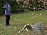 Bytowski komendant policji Andrzej Borzyszkowski oddał hołd zamordowanym w Katyniu