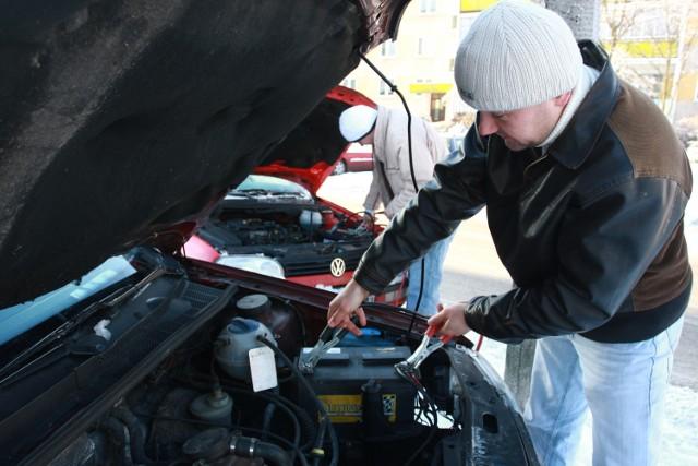 Jak uruchomić auto przy pomocy przewodów rozruchowych? Wystarczy ...
