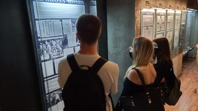 """Uczniowie CKZiU """"Elektryk"""" odwiedzieli Muzeum Gross - Rosen w Rogoźnicy. Pobyt w tym miejscu, to zarówno dla młodego, jak i starszego Polaka, ogromne przeżycie. Kliknij w zdjęcie i przejdź do galerii."""