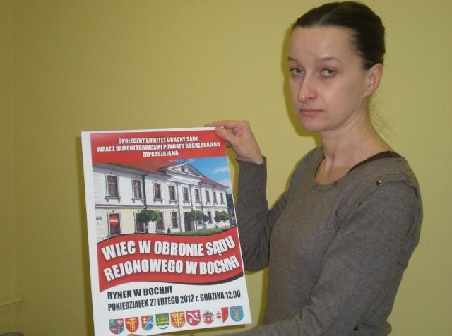 Anna Kocot-Maciuszek z Urzędu Miejskiego prezentuje plakat zachęcający do udziału w pikiecie