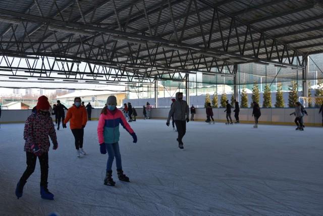 Tarnowianie są zadowoleni z otwartego lodowiska przy ul. Wojska Polskiego