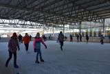 Tarnów. Mieszkańcy korzystają z ostatnich uroków tej zimy i szaleją na lodowisku przy ul. Wojska Polskiego w Tarnowie [ZDJĘCIA]